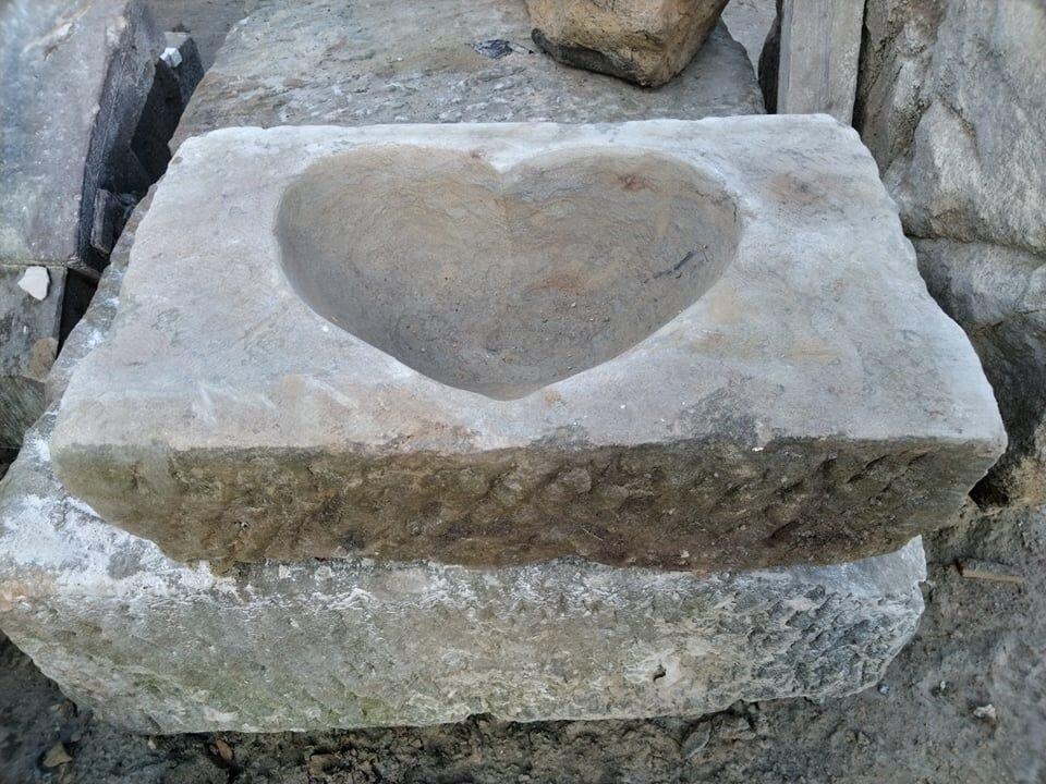 Obdélník zpřírodního pískovce, ve kterém je vysekané srdce.
