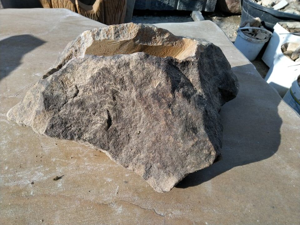 Bonsai miska zpřírodního pískovce ve tvaru skály svelmi úzkým otvorem. Spíše nanetřesky.