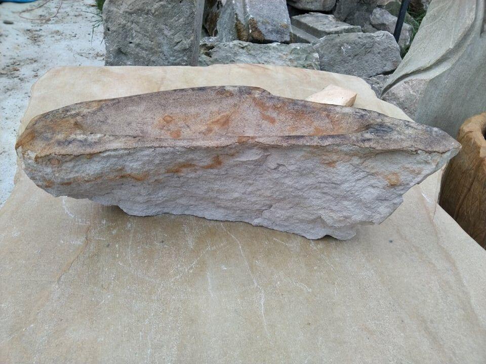 Podlouhlé úzké pítko zpřírodního pískovce.