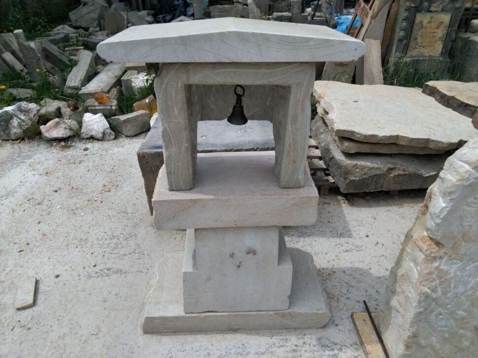 Zvonice zpřírodního pískovce, která je poskládaná zněkolika kusů. Zvonice má hranatý tvar.