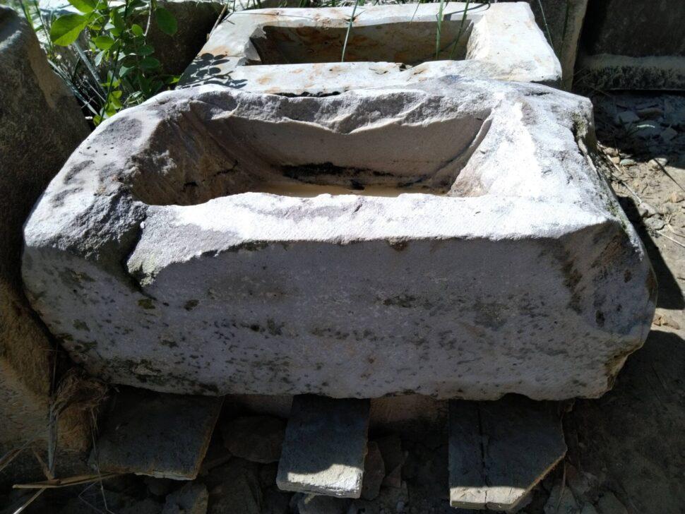 Koryto zpřírodního pískovce ve tvaru nepravidelného obdélníku, které je přírodně opracované.