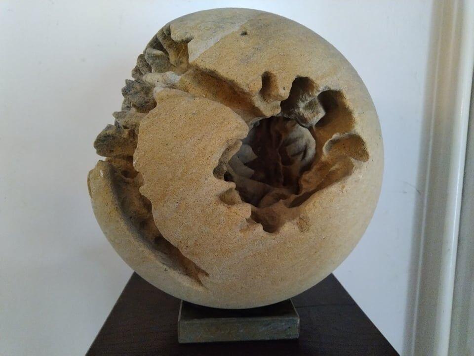 Menší socha koule zpřírodního pískovce.