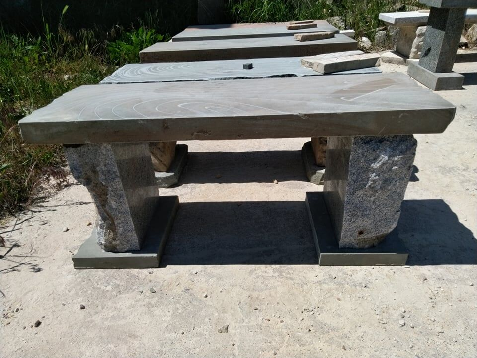 Lavice. Deska lavice je ztěšínského pískovce anohy ze žuly.