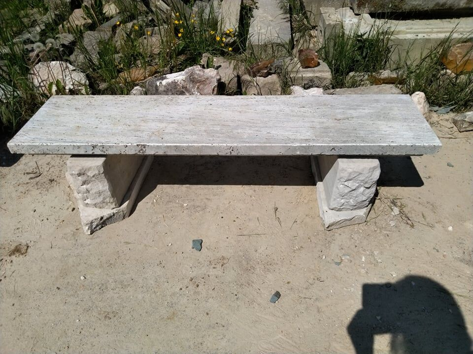 Delší lavice ztravertinu apřírodního pískovce.