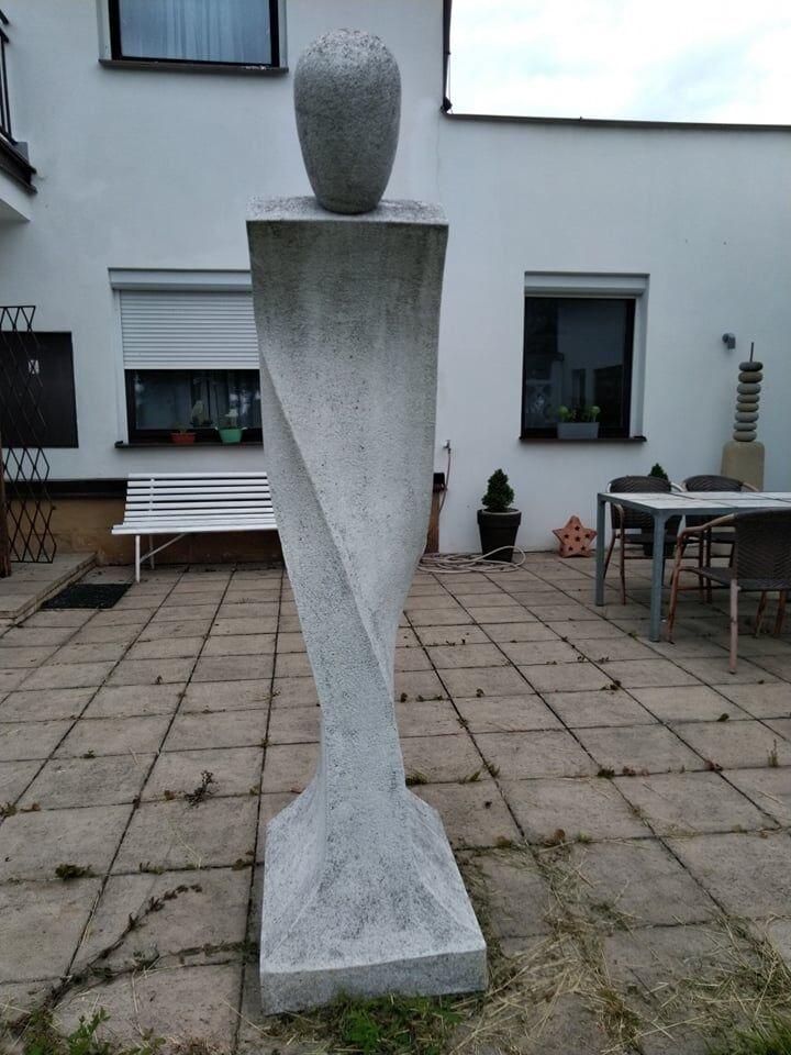 Vysoká umělecká socha zmarmolitu.