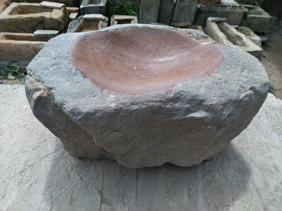 Přírodně opracované pítko zpřírodního pískovce, které má vsobě povrchovou jizvu.