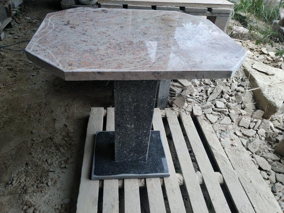 Stůl, který je složený zněkolika druhů žul.